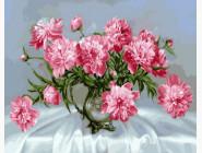 Розовые пионы в стеклянной вазе