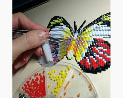 Бабочка магнит в алмазной технике Белая леди Анголы (БАТ25)